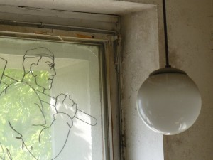Kresba dělníka v okně budovy Čechova 43